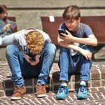 jongeren-op-smartphone-op-school
