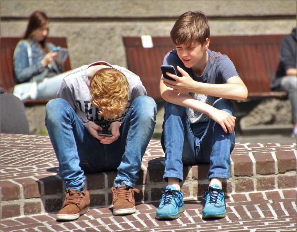 jongeren-op-school-aan-smartphone